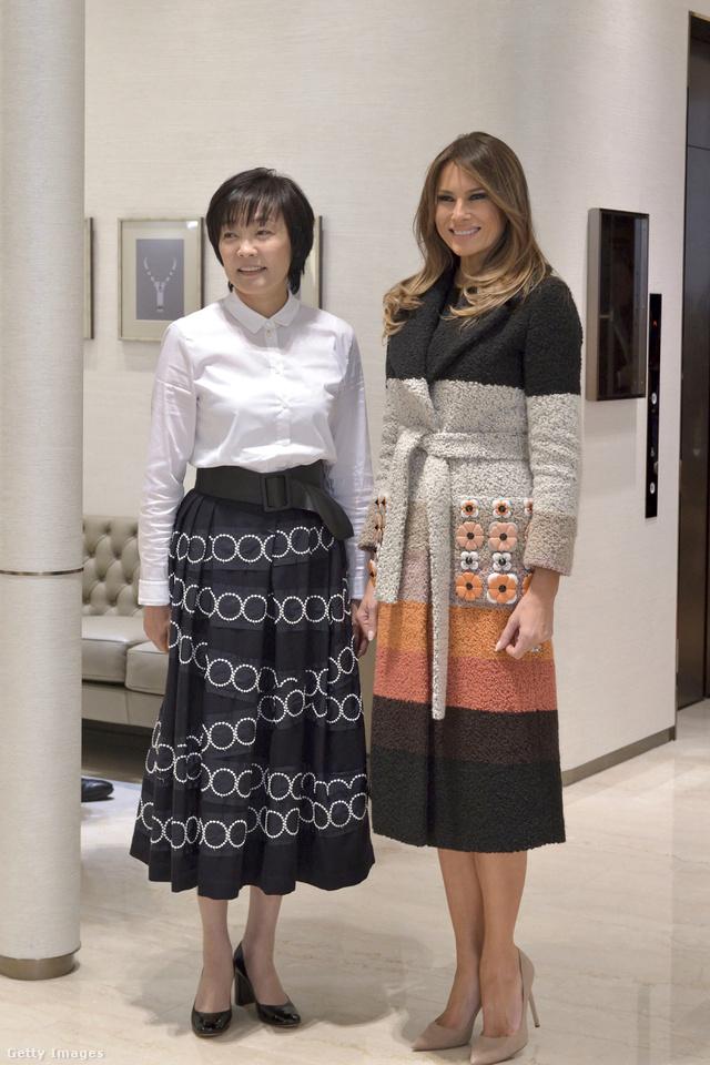 A Fendi kabátos Melania Trump és a japán elnök felesége, Akie Abe asszony a tokiói Ginza negyedben.