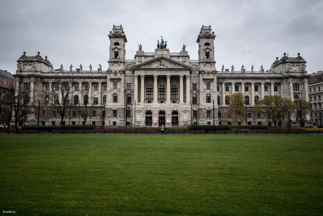 Hogy hasonlít a Kúria épülete Hauszmann Parlament-tervére, az tagadhatatlan. Mint ahogy az is, hogy azért két, merőben különböző tervről van szó. A feladat nem volt könnyű, hiszen impozáns épületet kellett tervezni, amely megállja a helyét az Országházzal szemben is, de nem próbál meg konkurálni azzal. Hauszmann saját elmondása szerint a szembe szomszéd magasba törő, függőleges vonalaival szemben inkább a vízszintes szétterülésre törekedett. Lapos tetővel, ugyanakkor rengeteg gyönyörű szobordísszel.