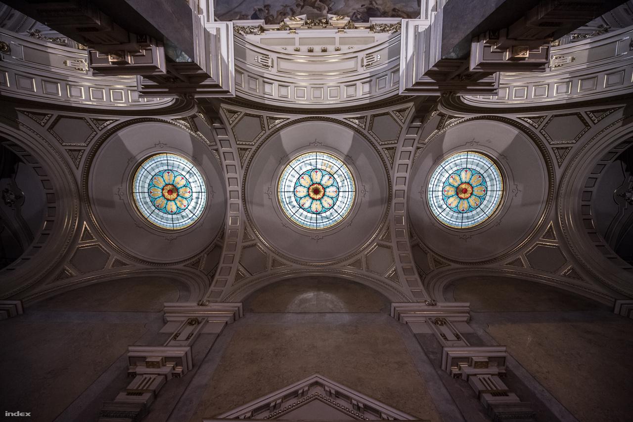 A csarnokba lépőknek Stróbl Alajos hatalmas Iustitia-szobra lehetett a legimpozánsabb látvány. Ez ma – trónusától megfosztva, egy egyszerű márványlapra ültetve – a Legfelsőbb Bíróság előterében látható, ugyanis 1950-ben elvitték innen, és a Károlyi-kertben állították fel. A Rákosi Mátyás születésnapját ünneplő 1952-es kiállításon már nem volt itt. Ez volt amúgy az első tárlat az épületben, utána a nagyobbik felét múzeumok foglalták el (a déli részében egykor párt-, ma politikatörténeti intézet működik). 1957-ig a Munkásmozgalmi Múzeum volt itt, majd 1973-ig a Nemzeti Galéria, mikor mindkettő felköltözött a Várba, a Néprajzi érkezett a helyükre. Az utóbbi eredetileg csak 59-ig maradt volna, de a múzeumköltözések már csak ilyenek: másfél évtizeddel elhúzódott a tervekhez képest. A sors fintora, hogy a Galéria idején épp itt, a nagycsarnokban volt kiállítva Stróbl Alajos egyik szobra (Anyánk), miközben eredetileg is ide készült alkotása az utcára volt száműzve. Helyét ma a szobor fotóját ábrázoló transzparens mutatja.