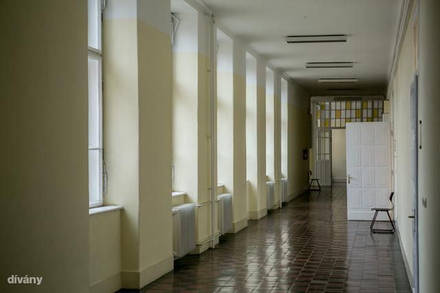 Jó formájú szék, simán elférne egy modern loftban, a háttérben csodaszép a sárga üvegberakásos ajtó