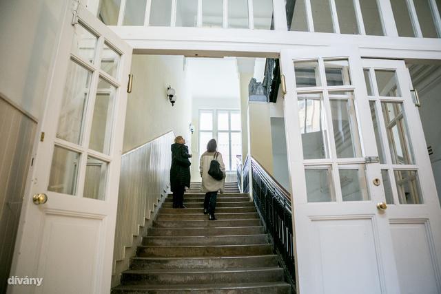 A lépcsőfeljárattal viszont kezdődik a varázslat, az épület végtelenül lepusztult, de gyönyörű