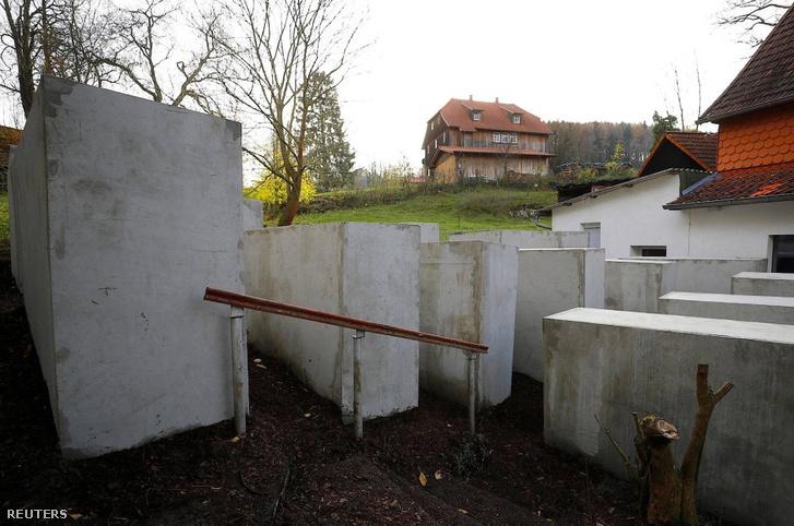 Aktivisták holokauszt-emlékművet emeltek egy radikális német politikus házánál