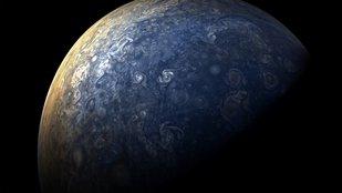 Jupitert fürkésző Júnó