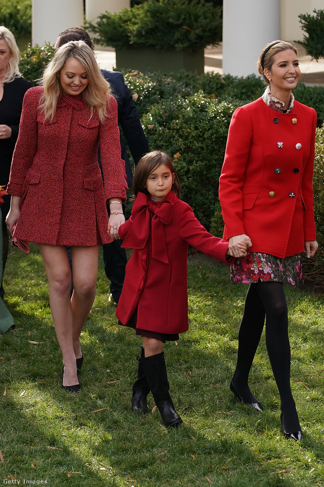 A felemás gombokkal feldobott kabátot viselő Ivanka mellett persze Tiffany is kitett magáért, ő lábait mutogatta.