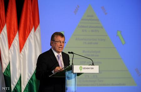 Matolcsy György nemzetgazdasági miniszter beszédet mond az Új Széchenyi Terv (ÚSZT) bemutató tájékoztatóján, a Budapest Marriott Hotelben. (Fotó: Kovács Attila)