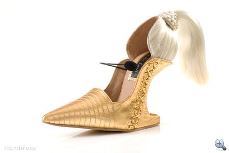 Madonna-cipő csúcsos, arany orral, szőke lófarokkal.