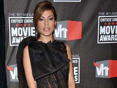 Eva Mendes átlátszó ruhában takart mindent a díjátadón