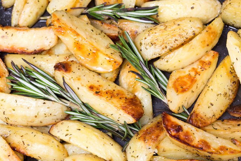 Rozmaringos, fokhagymás krumpli sütőben sütve - Még a főfogáson is túltesz