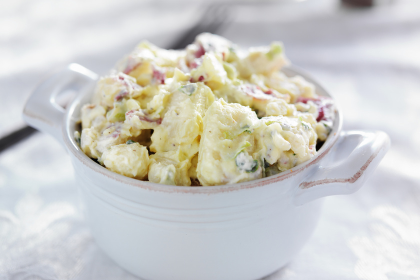 A klasszikus majonézes krumplisaláta: a sok hagymától lesz igazán finom
