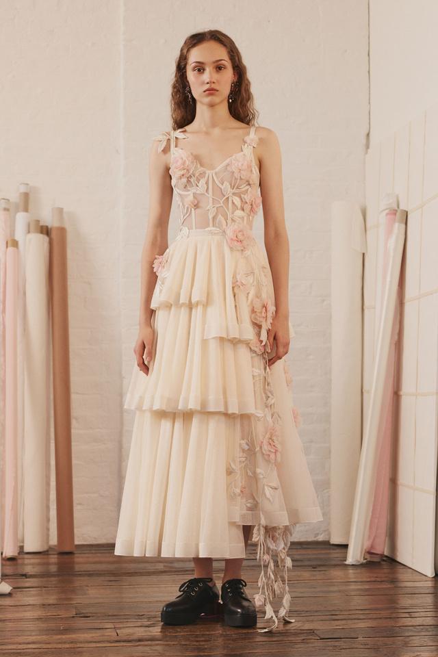 Sarah Burton ilyen formabontóbb darabokat tervezett a McQueen háznak a tavaszi-nyári szezonra.Nehezen tudom elképzelni egy ilyenben Meghan Markle-t, de simán lehet, hogy bevállalja a ruhát a nagy napra.