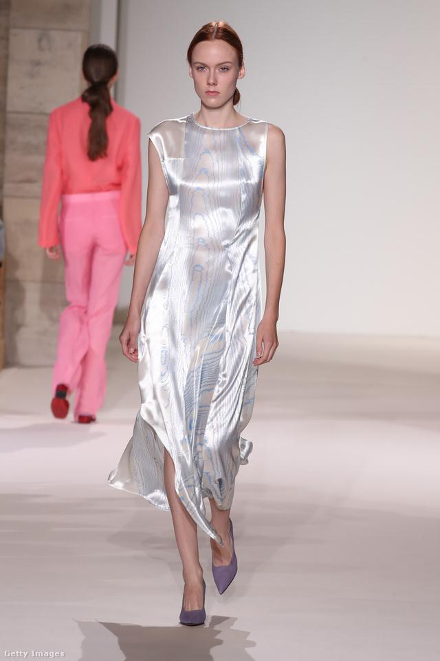 Ujjatlan selyemruha Victoria Beckham kollekciójából.