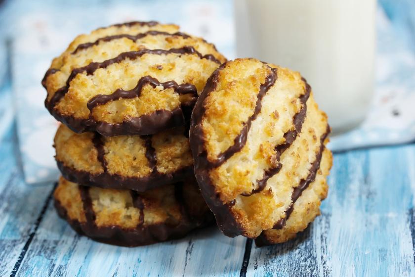 Omlós kókuszos-csokis tallérok - Sokáig puha marad a sütis dobozban