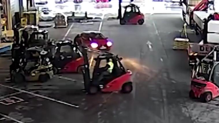 Parádés videón fognak menekülő tolvajt a targoncások