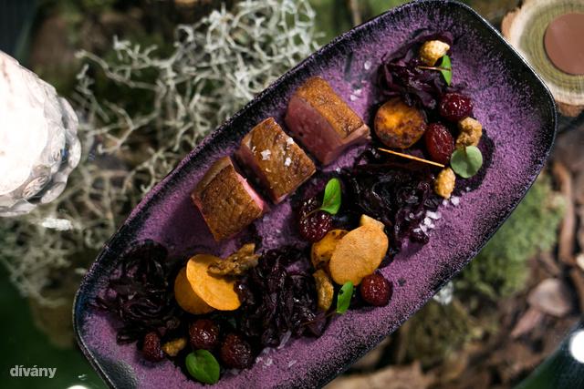 A Lápok gyülölcsében 3 darab sózott kacsamelldarab mellé kerül a lilakáposzta 3 formában: por alakban (nagyon finom!), pároltan és zseléként.