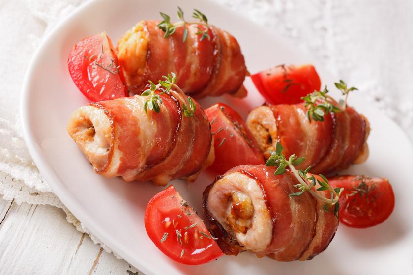 Sajtkrémes, töltött göngyölt csirkemell: szaftos lesz a bacontől