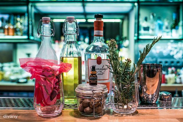 A hozzávalók: gin, sűrített tej, cukorszirup, szerecsendió, narancsvirág víz, rozmaring, fenyő, mikulászacskó