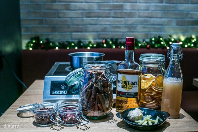 A hozzávalók: fűszeres barna rum, szűretlen almalé, szárított hibiszkuszvirág, méz, borókabogyó, fahéj, csillagánizs, narancshéj, gyömbér, citrom