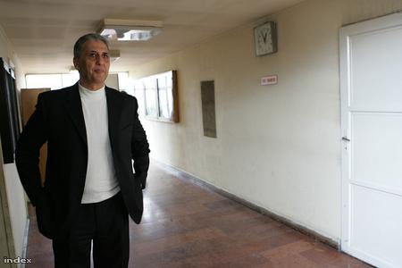 Tasnádi Péter a Pest Megyei Bíróság folyosóján