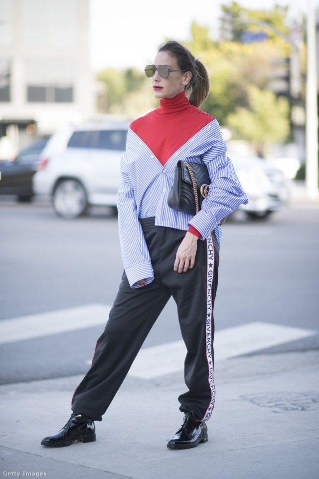 A galéria legértelmezhetetlenebb szettje, ebben talán egy gonosz stylist kezemunkája is benne lehetett.  A piros garbót a Céline tervezte, az olcsónak tűnő luxusgatyát a Givenchy, a táskát pedig a Gucci készítette.