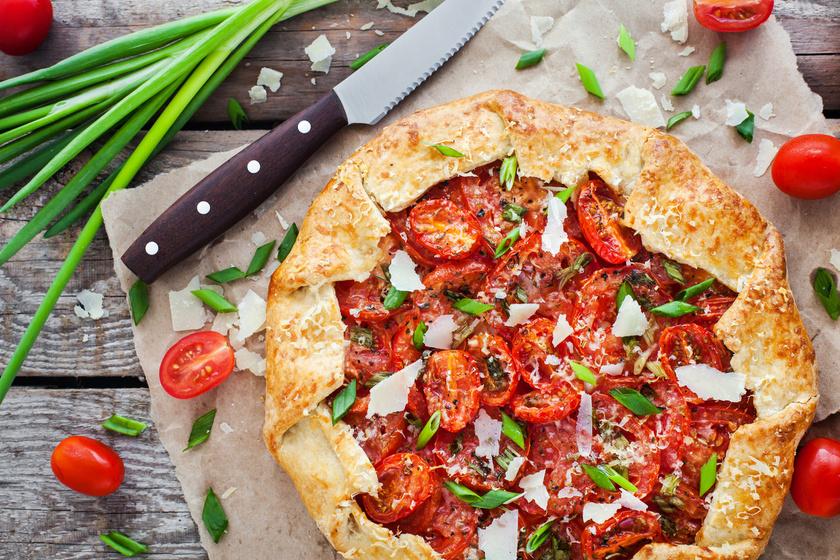 Sajtos-paradicsomos hajtogatott pite - Próbáld ki a galette-et sósan is