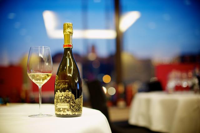 """A ház presztízs cuvée-jének már a neve is kifejező: Rare., vagyis ritka. Olyannyira, hogy a mai napig mindössze nyolc alkalommal készítették el. Első évjárata 1976 volt, míg a legutolsó a 2002-es.                          1885-ben ezzel a különleges """"ékszerrel"""" ünnepelték a pincészet fennállásának 100. évfordulóját. III. Sándor cár ékszerésze, Fabergé tervezett nekik egy emlékezetes palackot gyémánt, arany és lapis lazuri berakással. Később ez inspirálta a 200. évfordulóra készült díszített palackot, amelyet a Van Cleef & Arpels tervezett, szintén gyémánt és arany felhasználásával."""