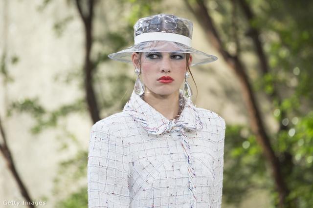 Műanyag sapka és csepp formájú műanyag fülbevaló a Chanel kifutóján.