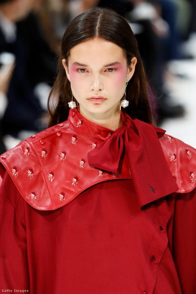 Gyöngy fülbevaló a Valentino kollekciójában.