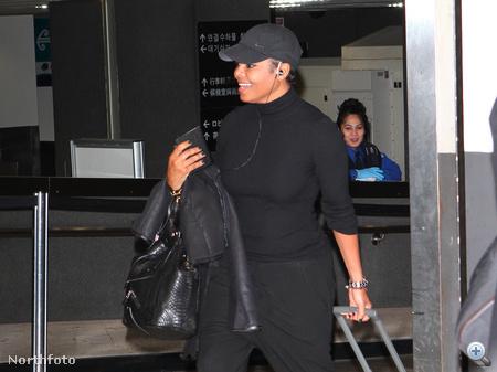 Janet Jackson a párizsi reptéren így jelent meg.