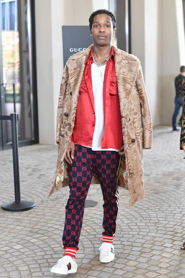 Mint a legtöbb sztár, A$AP Rocky is nagy Gucci rajongó, természetesen a milánói divathétre is tetőtől-talpig Gucciban érkezett.