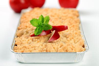 Fahéjas almás morzsasüti: csak szórd egymásra a tésztát és a gyümölcsöt