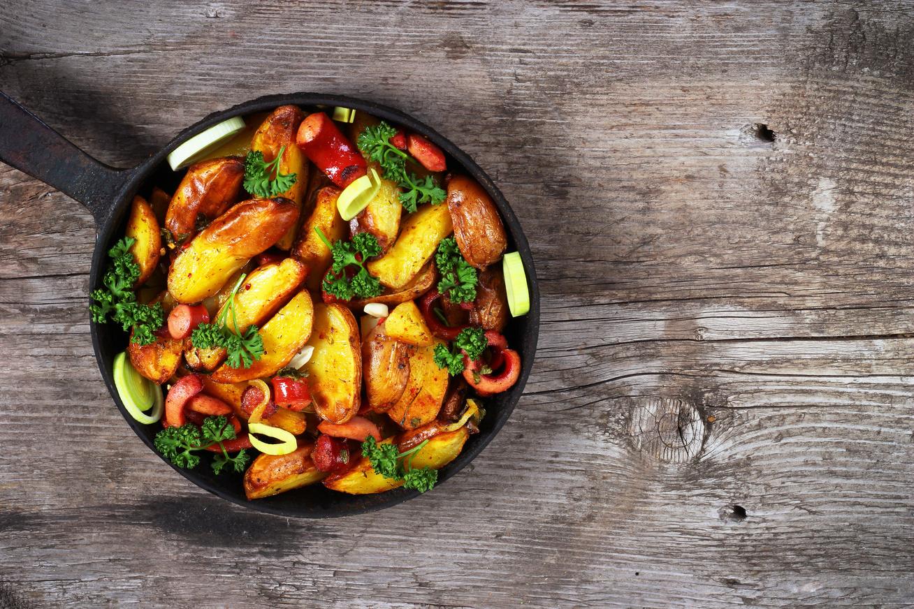 Serpenyős, hagymás, kolbászos krumpli - Laktató, ízletes egytálétel