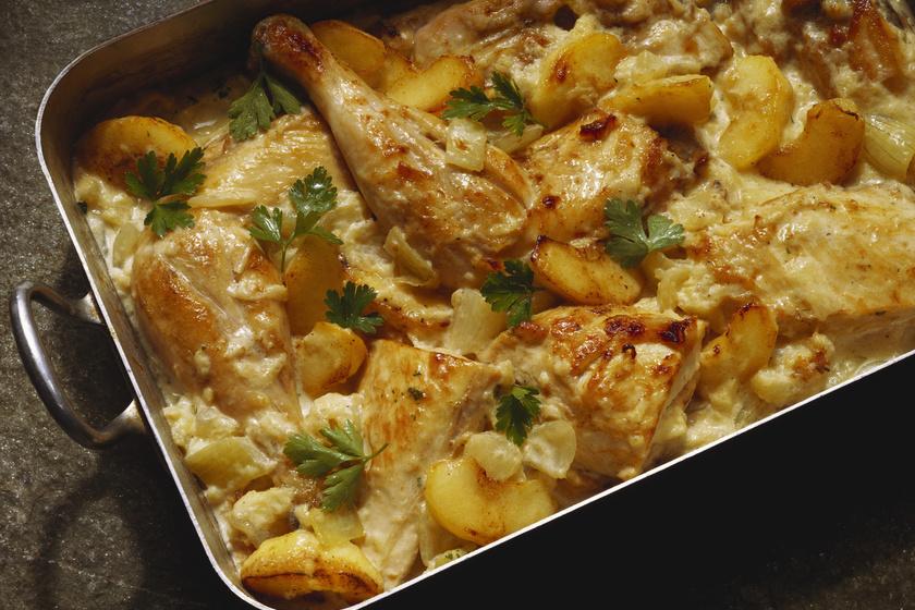 Tepsis rakott csirkecomb: krumplival és almával egyszerűen csodás