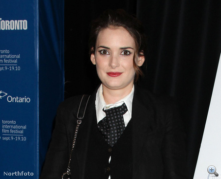 Winona Ryder nyakkendőben a Fekete hattyú torontói premierjén