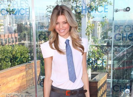AnnaLynne McCord nyakkendőben a 2011-es People's Choice Awards jelöltjeinek ismertetésekor