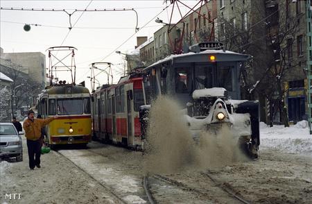 Elakadt a pályatisztító villamos a hóban, így megállt a villamosközlekedés Miskolcon