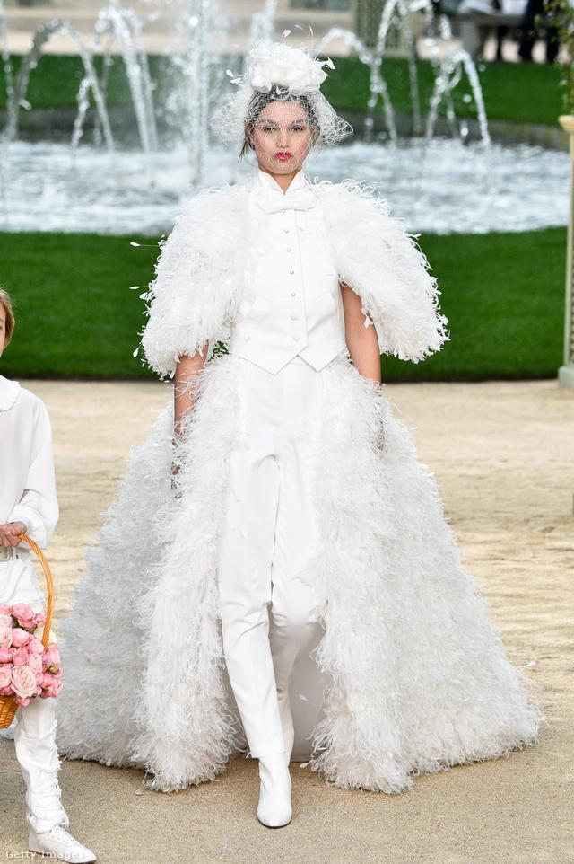 Idén is helyet kapott nadrágos menyasszonyi ruha a Chanelnél.