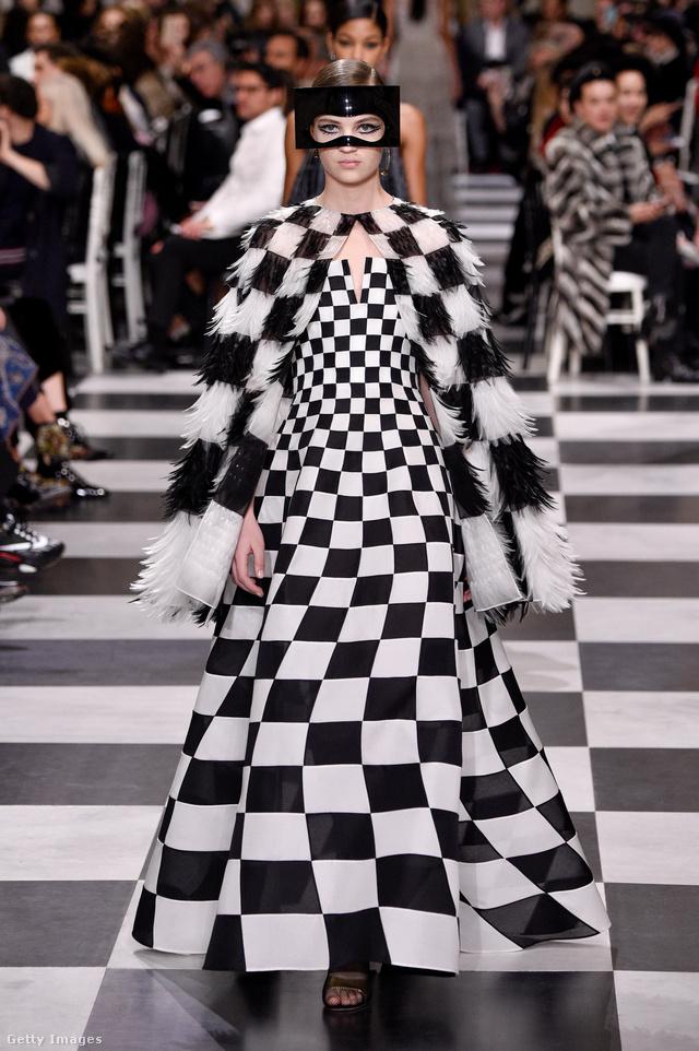 Várhatóan látjuk még ezt a fekete-fehér kockás Dior ruhát a díjátadókon.