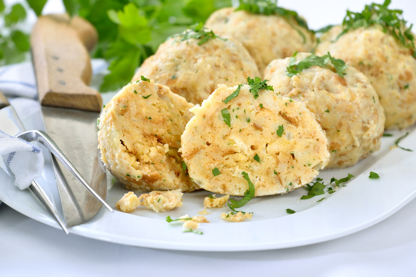 Zsemlegombóc egyszerűen, száraz péksütikből - Ezt főzd a levesbe!