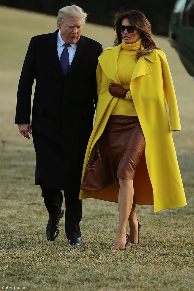Trumpné barna Hervé Pierre bőrszoknyában, sárga Ralph Lauren pulóverben és hozzáillő kabátban kísérte el férjét Ohióba. Egy ilyen kabátért 5000 dollárt, kb. 1,2 millió forintot kérnek a luxusmárkánál.