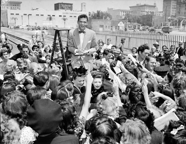 Frank Sinatra rajongók gyűrűjében 1943-ban Kaliforniában.
