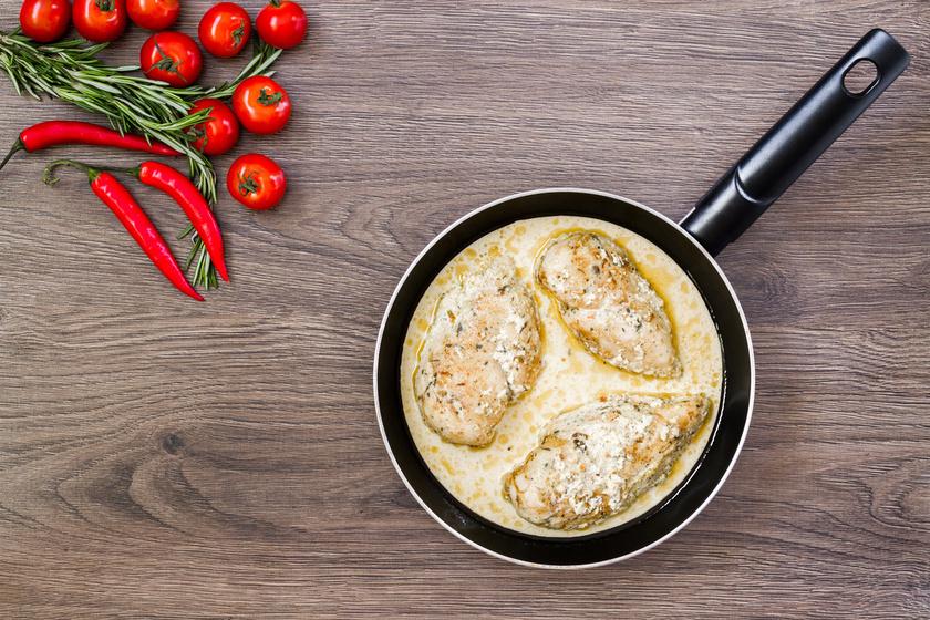 Tejszínes-sajtos szószban sült csirkemell - Szaftos, zamatos és elronthatatlan