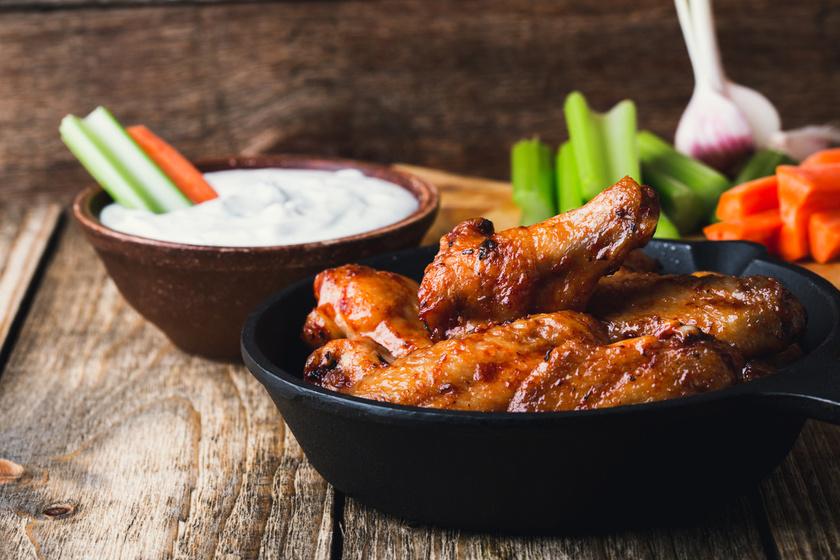 Ragacsos, mázas csirke: szárnyból és combból is készítheted