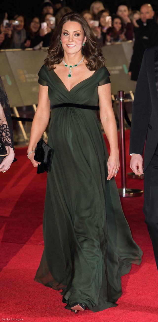 Katalin hercegné nem mehetett feketében, cserébe gyönyörű ékszerekkel dobta fel az olajzöld Jenny Packham ruhát.