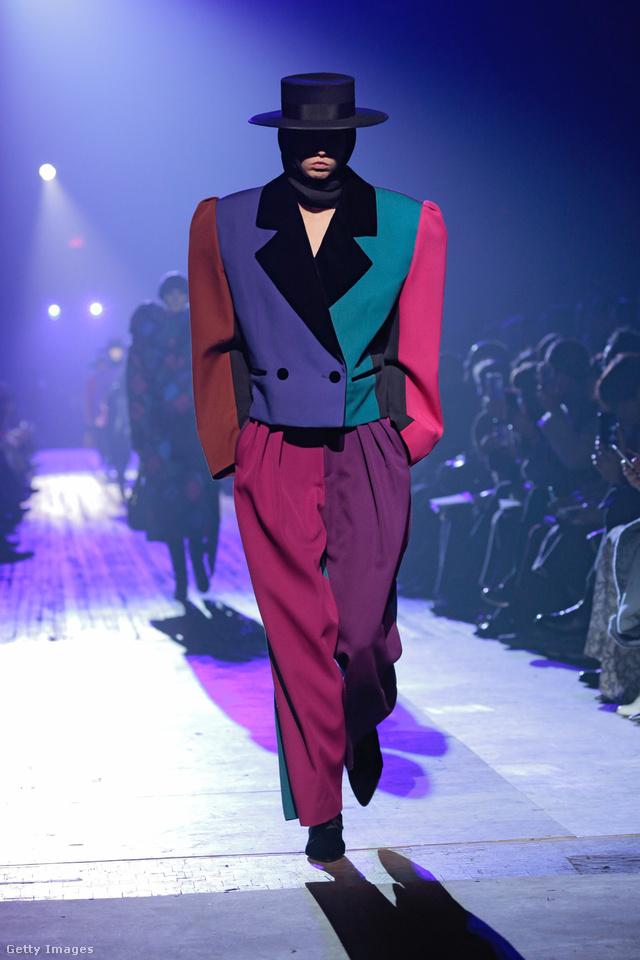 Másfeles nadrág és válltöméses rövid zakó Marc Jacobstól.