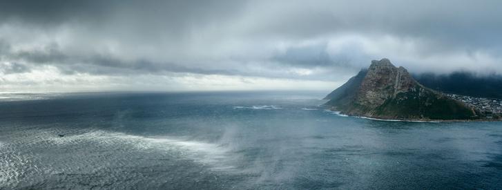 Fokváros panorámája a tenger felől nézve.