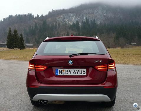 X1: a gagyi ezüstszínű alsó műanayag elem nem illik egy ilyen szintű autóra