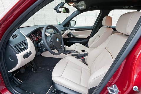 Sportos és elegáns X1-beltér, a jól kiérlelt BMW-stílusban