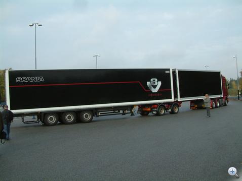 Nagyvasak kedvelőinek: 60 tonnás, két félpótkocsis szerelvény. A verseny kísérőrendezvényén körözhettek vele az újságírók a Scania tesztpályán