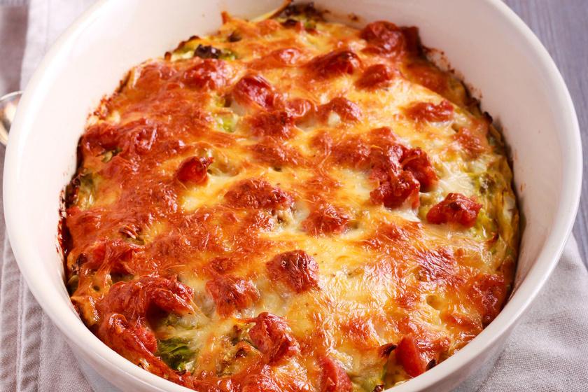 Húsos-káposztás tészta sok tejföllel és sajttal: ez a rakottas nagyon finom