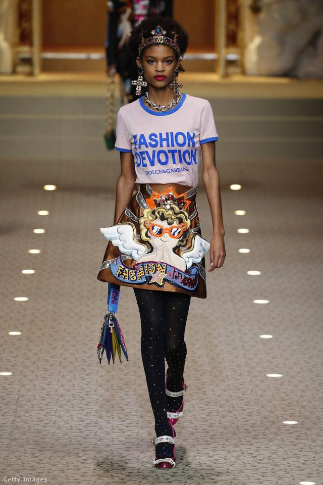 Fashion Devotion feliratos póló ás angyalkás szoknya a Dolce & Gabbana kifutóján.